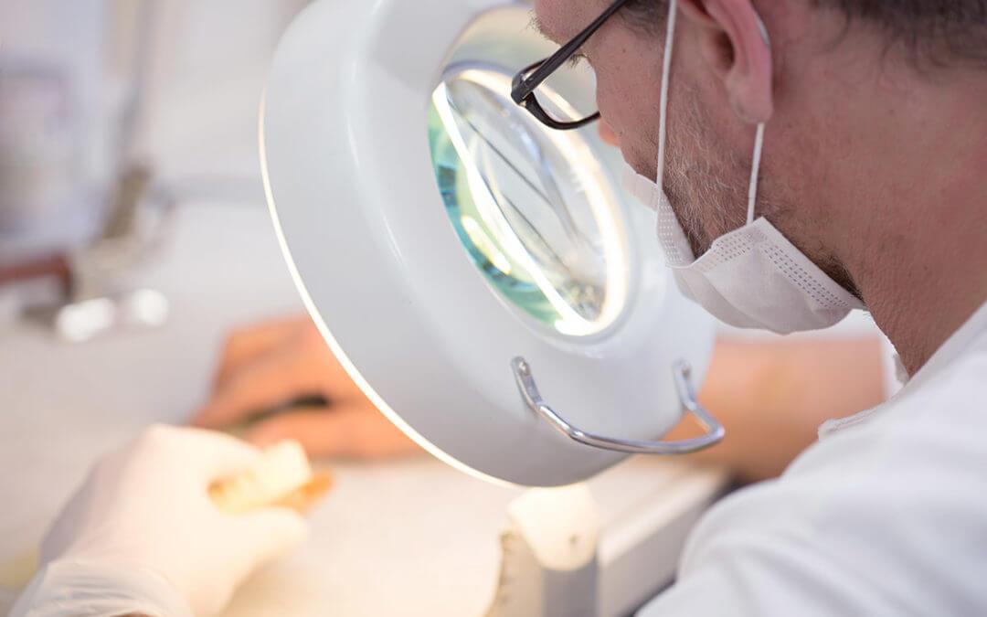 Möglichkeiten für Zahnersatz: Implantat, Krone oder Brücke?