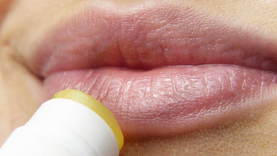 Dieser Zahnbürsten-Trick macht schöne Lippen